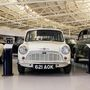 Az első Morris Mini-Minor 1959-ből. Az autózás egyik korszakhatárának jelképe, az orrába zsúfolt hajtáslánc miatti tágas tér, ami azóta szabvánnyá vált, az átgondolt tervezés miatt. Nem csoda, hogy félmilliónál is több készült belőle