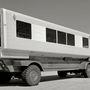 Az egyik első Lounge Bus egy gyári fotón