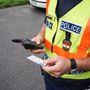 Egyáltalán nem mai cucc, hiszen 2006-óta használják a rendőrök a profi TETRA kommunikációs eszközöket. Ezek kicsit adóvevők, kicsit mobiltelefonok, és hozzáférnek a központi nyilvántartókhoz is