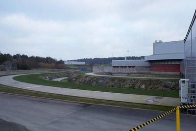 Így állnak becsomagolva a Volvók a göteborgi gyár mellett