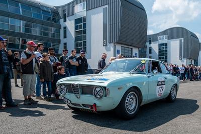 Alfa Bertone dugja be hörcsögpofáját a parc fermébe, Lyonban
