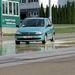 A vizes műgyantán csúszik az autó...