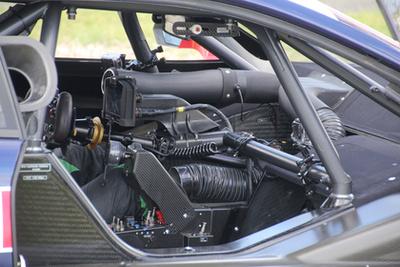 Villámgyorsan rántják a motorra a tűzálló leplet, nem szeretnék, ha bárki bármit látna belőle. Egy pillanatra látni, mennyire nagyon kicsire szűkül a beömlő. Vajon mit tudnának ezek a motorok a 28 mm-es szűkítő nélkül?