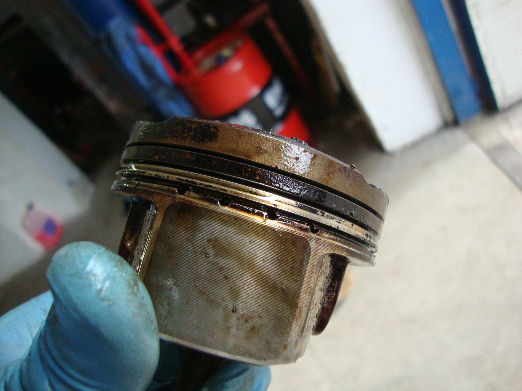 Itt az öreg dugattyún az olajáteresztő gyűrű nagy keresztmetszeten keresztül engedi át az olajat, nem tud eltömődni