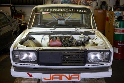 az a bizonyos BME-MHSZ versenyautó, Hanula Barnával a kormánynál komoly sikereket ért el autókrosszban, külföldön is indultak
