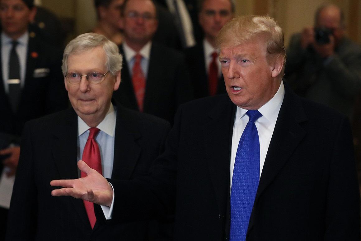 Mitch McConnell (bal) államának energiatermelése nagyrészt a széniparra támaszkodik, így a szenátor aligha fogja támogatni Biden terveit.
