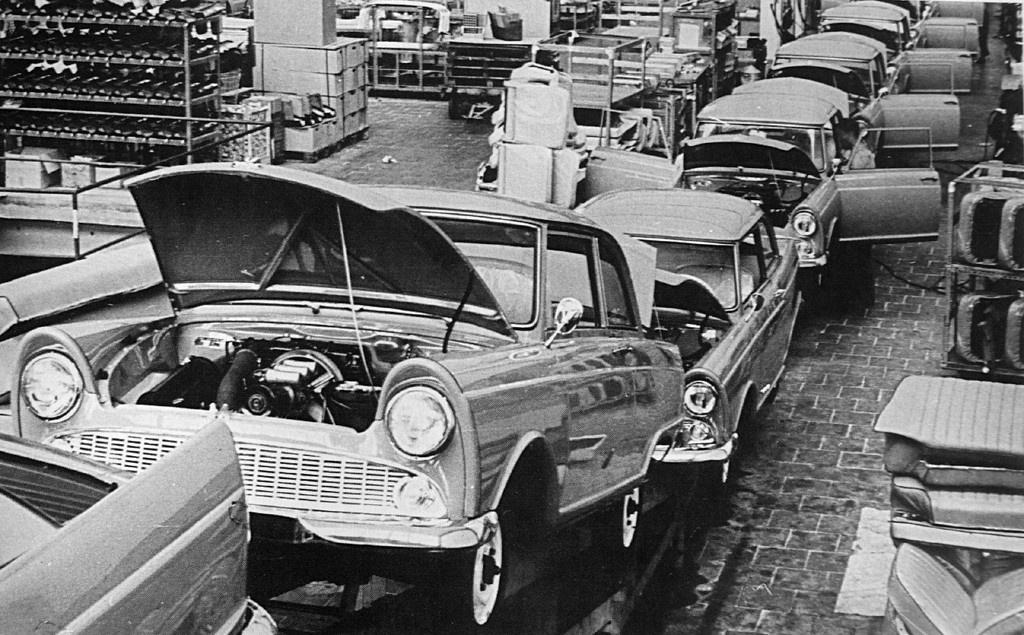 Wartburg 311 döbbenetes díszlécekkel és csíkozással