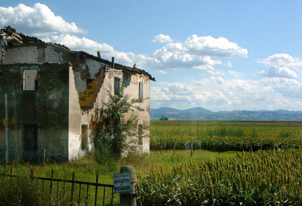 Úton Sant'Agata felé: a horizonton látható hegyek szerpentinjein tesztelik a környék autóit