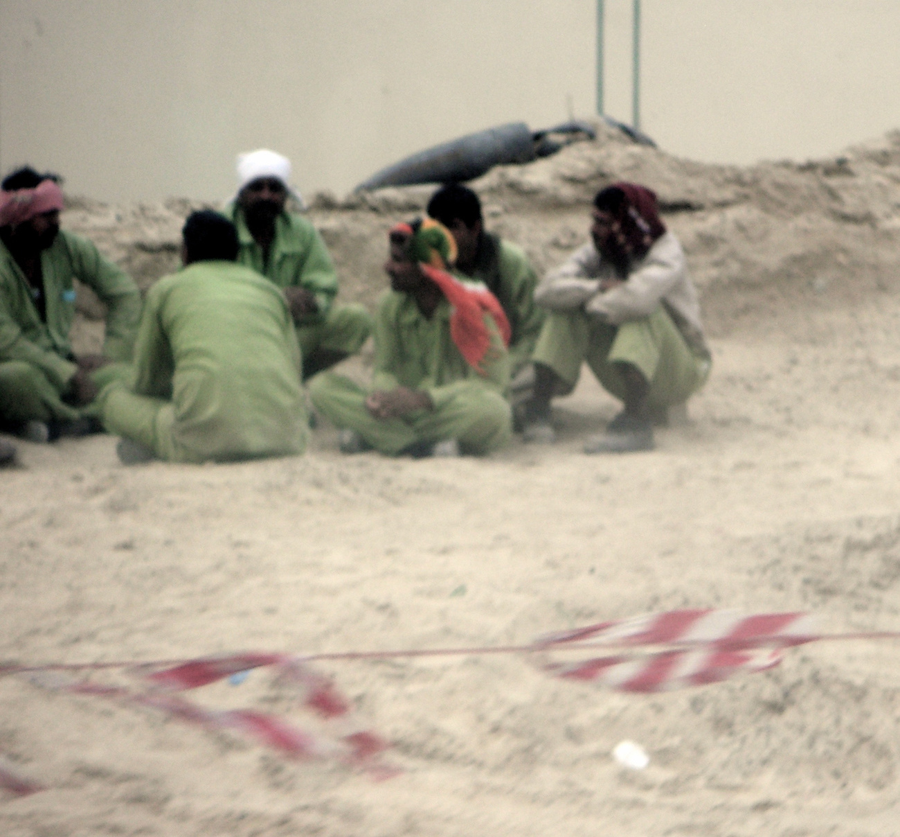 Lányok és fiúk némi arab giccs közepén sétálnak