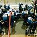 """A verseny közbeni tankolás fénykorában (1994-2009) három szerelő kellett a kerékcserékhez, kettő a beöntéshez. Mindig a legerősebb fickó kezelte a töltőcsonkot, a legmagasabb tartotta mögötte a """"hernyót"""""""