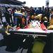Tankolás, ahogy nagyapáink csinálták. Hatalmas tölcsérből itatják Clay Regazzoni Ferrariját az 1976-os Olasz Nagydíj előtt