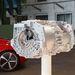 2x140 kilowatt, vagyis 381 lóerő a két, szénkefe nélküli villanymotor együttes teljesítménye. Nem ez, hanem a 820 newtonméter forgatónyomaték igazán döbbenetes. Szerencsére nem teli gyomorral próbáltuk ki az R8 e-tront