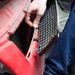 A rögzítőelemek egyre kisebbek - a Suzuki rácsát pedig nem lehet hegeszteni
