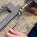 Huzalnak vagy hegesztőpálcának hívják a műanyag csíkot, amit a javításhoz használnak a szakemberek
