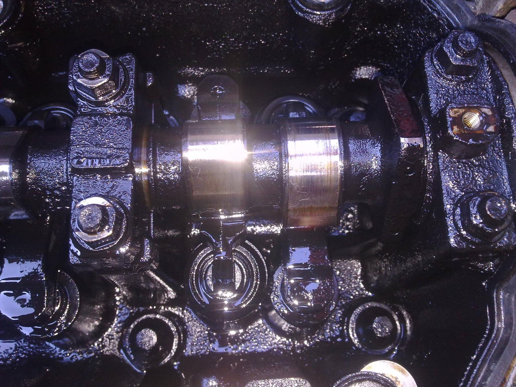 Jellemző kép a vezérműtengely környékéről a nem megfelelő vagy túlhordott olaj miatt képződő lerakódások