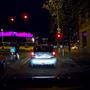 Este, az autó saját lámpájának a világításában is látszik a rendszám, a gagyi kameráknál ki szokott égni az olvashatatlanságig