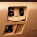 A tükörállítás kapcsolói, illetve a csomagtérajtó nyitogómbja (power door) elrejthető