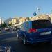 Éles a kontraszt a szegény szicíliai város képe, és az OPC Vectra között