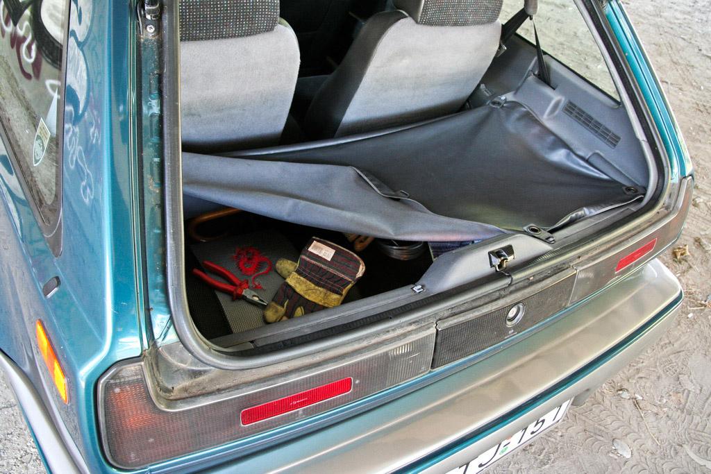 A mini vészpótkerék, a mini csomagtartóban egy mini burkolat mögött rejtőzik