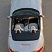 Hosszú motorháztető, rövid far és közte két utas: klasszikus roadster-arányok