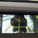 Így néz ki egy elütés előtti, kocsi mögött guggoló ember a vezető székéből a iDrive kijelzőjén