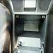 A két ülés közötti tárolóból nyitható a tankbetöltő