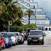 Az oldalt parkoló autókkal összevetve jól érzékelhetők az Alhambra méretei