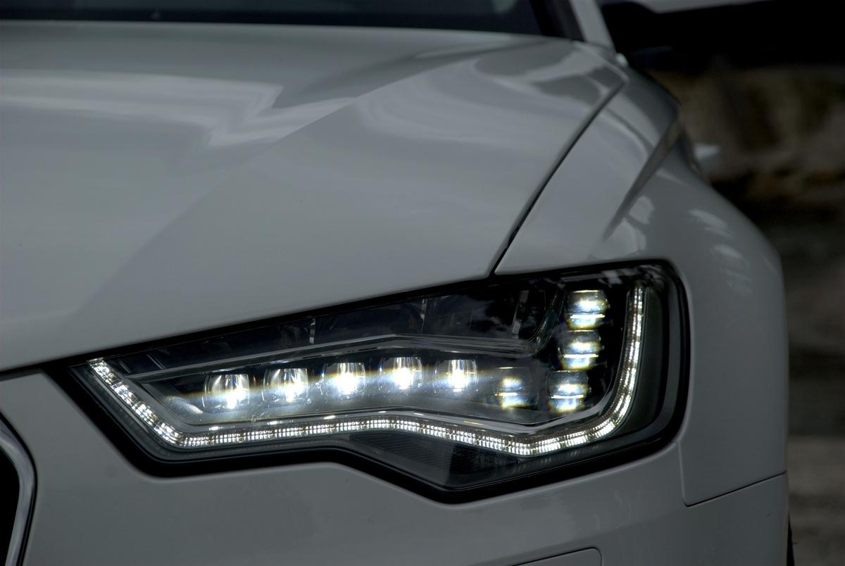 LED-es a sminkükör is