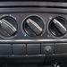 Egyszerű fűtéskezelő panel. Az egyes fokozatig a befújó ventillátor fokozatok nélkül szabályozható.