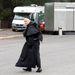 Az olasz pap hitetlenkedik