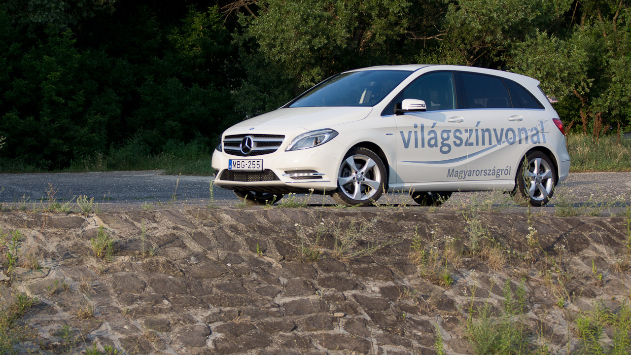 Mintha a magyar Mercedes utálná a magyar utakat, hiszen nagyobb bukkanókon itt-ott megzörren, dobál is