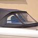Elsősorban a háromrészes PVC-ablak teszi Quelle-sátor szerűvé, de legalább kilátni hátra háromnegyedben