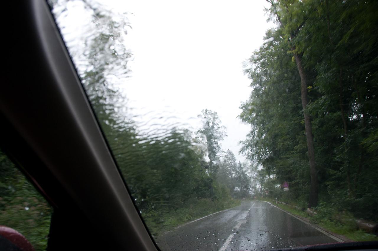 Nagy esőben valami aerodinamikai baki miatt magával rántja a lapát a vizet - nem kellemes