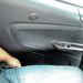 Az ablakemelő kapcsolójához nyújtózkodni kell, könyöklő sem jutott a hátul ülők ajtajára