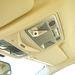 Látják a P felirattal ellátott gombot? Azt kellene megtalálni, amikor sípol a kocsi, mert közeljött a lámpánál valaki