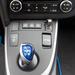 Szokásos Toyota-hibrid választókar kéklik a módosított Auris-középkonzolon
