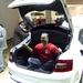Vicces kedvű cseh autósújságíró fészkelte magát a csomagtartóba