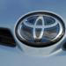 Ilyen kékes Toyota emblémát az Auris és a Yaris HSD-hez is kapni