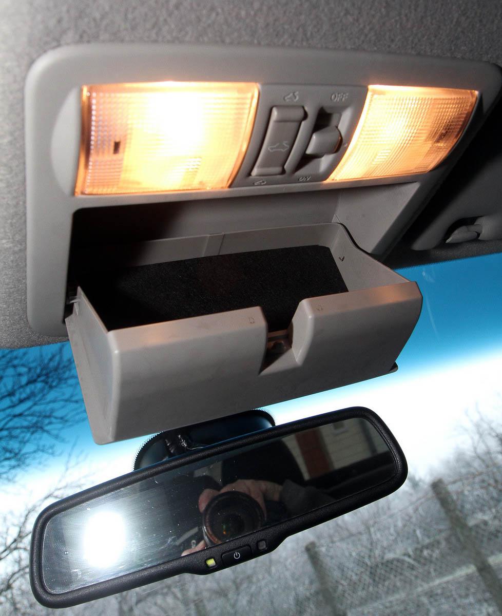 Hely a tetőn: dupla mennyezetvilágítás, szemüvegtartó, és a tetőablak kacsolója a Navarában