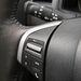 Remek kis bőrös volán a D-Max-ben, a telefonra és a fejegységre ható gombokkal, mögötte a világításkapcsoló kar