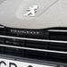 Itt is megvan az 508-assal divatba hozott Peugeot-felirat