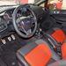 A multifunkciós volán alatt a sportos autók elmaradhatatlan formai elemeként fémborításos pedálok csillognak