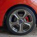 17 colos felnik és piros féknyergek nélkül sportos autót talán már nem is tesznek az útra