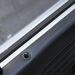 A BMW fémlécet használt, nem is engedi zsugorodni az ajtókárpitot, mint a Mercedes