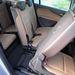 A középső ülések gázrugók segítségével billenthetők előre, hogy a hátsó sorba is be lehessen kecmeregni