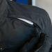 Szellőzőnyílás. A húzóka kesztyűvel is könnyen használható, cserébe a táska alatt nyom