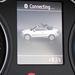 Az autó, ha megetetjük egy mobil SIM-kártyával, nem csak Google Maps alapon kommunikál, de WiFin megosztja a netet. Bluetooth segítségével kihangosít, és mindenről tájékoztat az LCD kijelzőn