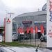 Kínai jelenlét Európában. A Qoros showroom egy Auto Palace-kereskedésből lekerített pár négyzetméter a sarokban