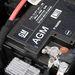 A start/stop és a motorfék-visszatáplálás kelléke az drágább AGM akku, amely felitatott formában tartalmazza az elektrolitot