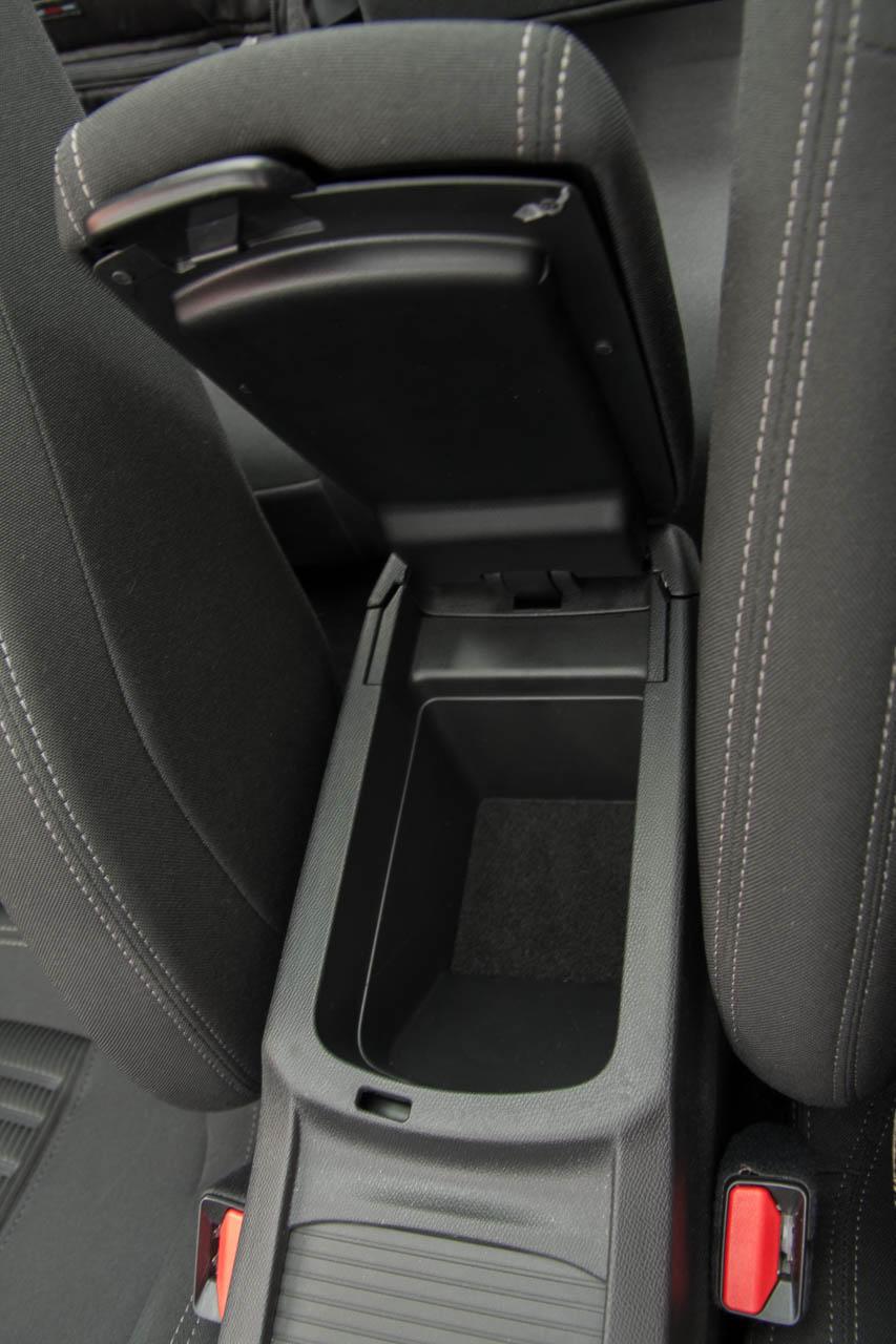 Végül is, ha nem túl magas, aki elöl ül, mögötte elfér egy felnőtt is. De így is az egyik legszűkebb autó a kategóriában